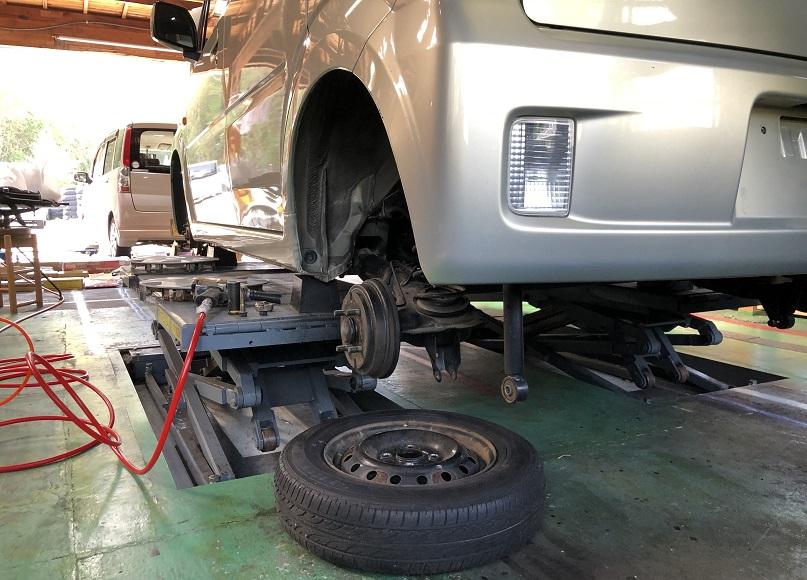 タイヤ交換は1本1000円で税込み工賃込みです。